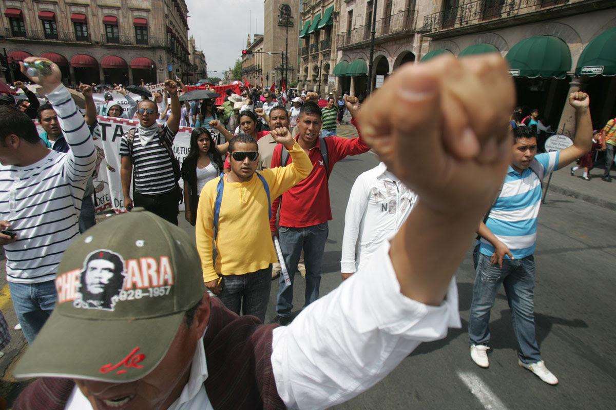 Normalistas protestan en Michoacán. Foto: Enrique Castro