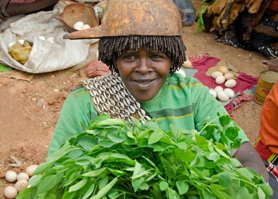 Mulher da etnia Banna, com uma cabaça sobre seu penteado tradicional (Foto: © Giselle Paulino )
