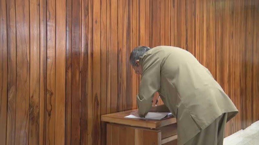 Raúl Castro firmó un juramento de lealtad a la Revolución que encabezó junto a su hermano en 1959.<p></p>