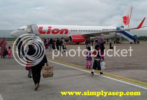 LION AIR :  Inilah Lion Air tipe Boeing 737-800 Next Generation yang membawa kami menuju Bandara SOETA Banten (18/6). Foto Asep Haryono