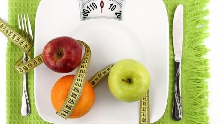 Hay que comer menos cantidad, porciones más pequeñas y evitar excesos de grasa y azúcar.