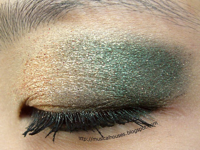 gold green christmas eye look 2