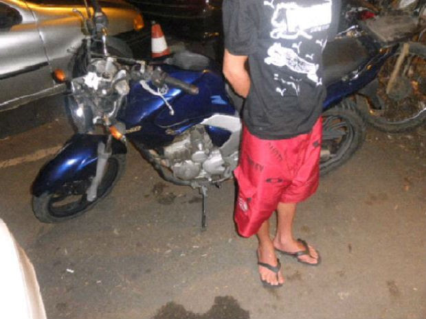 Adolescente é detido por esconder moto furtada em São José dos Campos, SP. (Foto: Divulgação/Polícia Militar)
