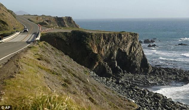Un camion conduit par le retrait où le VUS de Jennifer et Sarah Hart a été récupéré au large de la Pacific Coast Highway