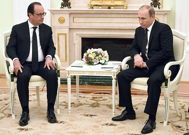 Os presidentes François Hollande (esq.) e Vladimir Putin reúnem-se no Kremlin em 26 de novembro
