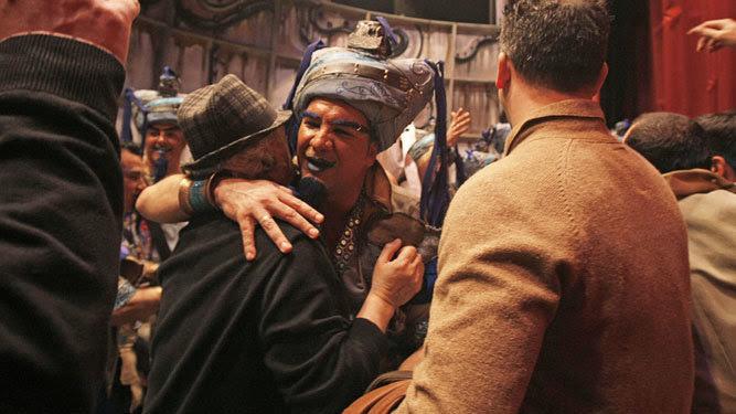 Antonio Martín se abraza tras una actuación con Ángel Subiela, el director de 'La comparsa del genio'.