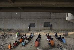 Para os pobres da Índia, uma escola debaixo de uma ponte ferroviária