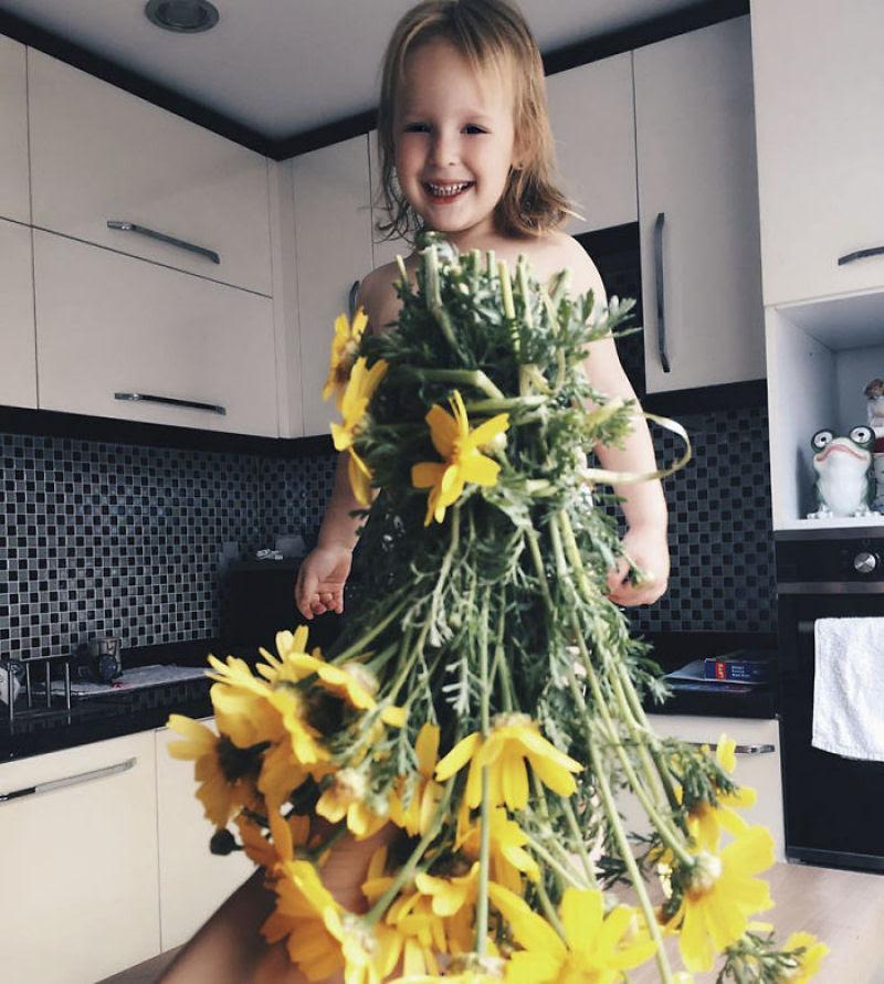 Mãe veste a filha com flores e comida usando a perspectiva forçada e conquista a internet 26