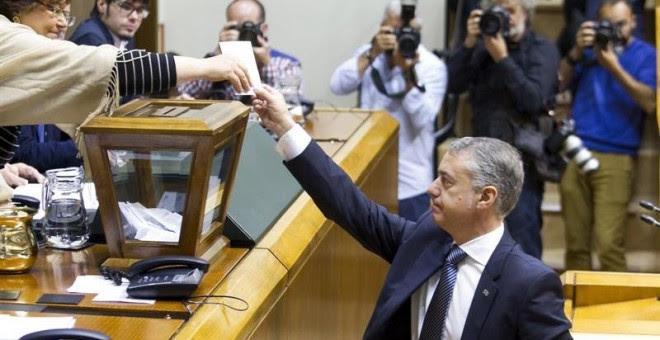 El lehendakari, Iñigo Urkullu, vota durante la elección de la nueva mesa de la Cámara durante el pleno de constitución de la XI Legislatura del Parlamento Vasco. EFE