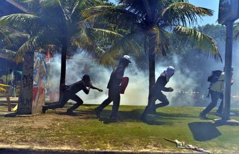 Imagen de activistas dispersados por gases lacrimógenos