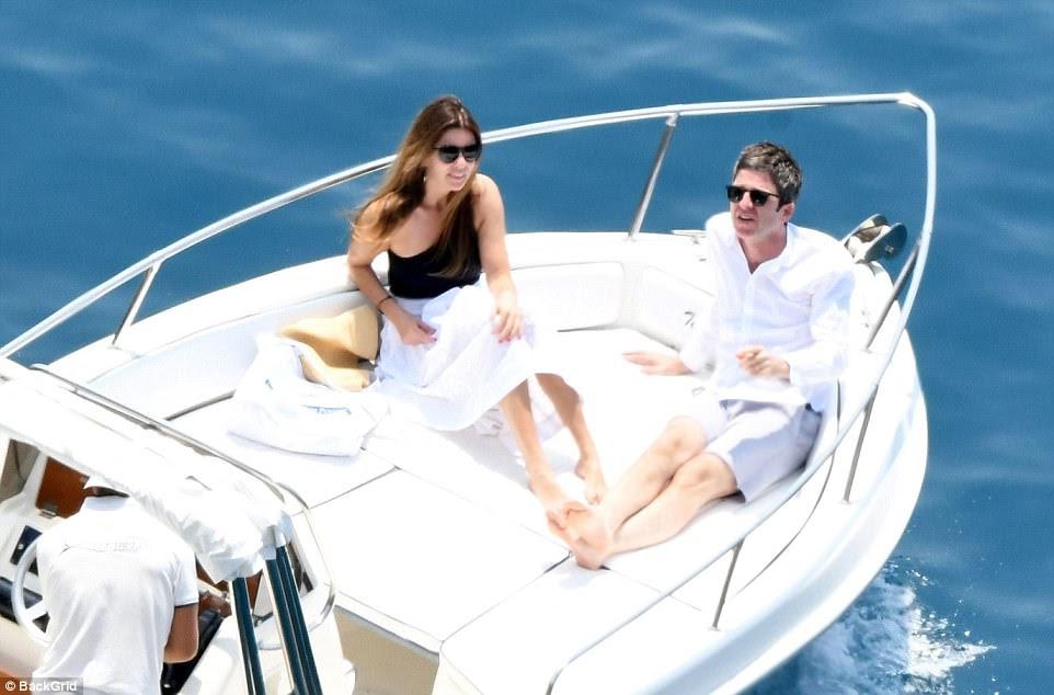 Fazendo uma escolha: o casal amado, que se encontrou em uma boate em Ibiza em 2000, reclinou-se numa lancha sem cuidados no mundo no dia do concerto