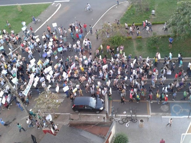 Em Araguari, grupo caminhou pelas principais ruas da cidade (Foto: Marlon Maxwel/Divulgação)