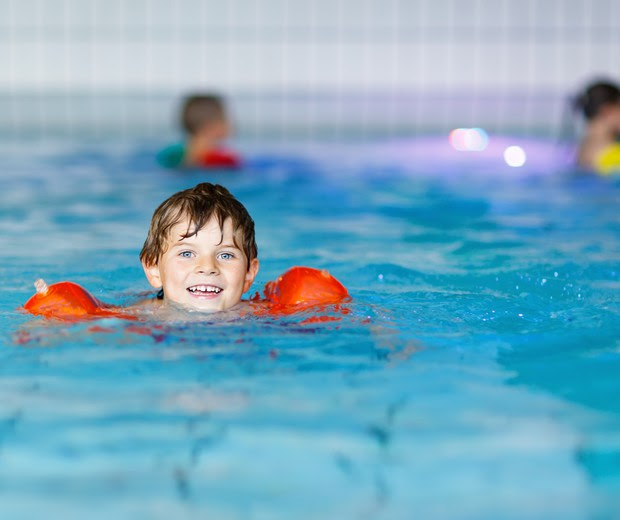criança piscina (Foto: Thinkstock)