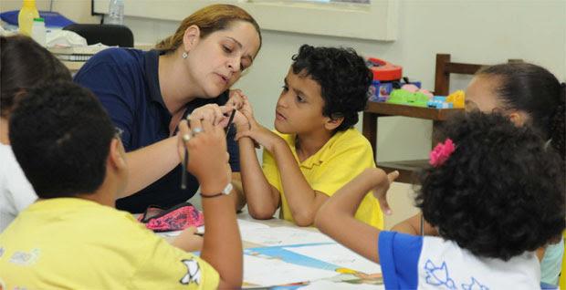 Caio tem ajuda de psicopedagoga para fazer os deveres da escola