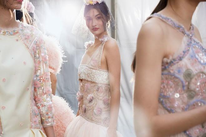 Được chạm tay vào thiết kế Haute Couture đính hơn 120.000 viên đá này thì quả là diễm phúc! - Ảnh 1.