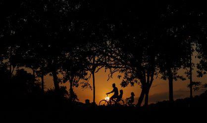 Una familia pasea en bicicleta en Malasia.