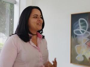 Fonoaudióloga Nathália Lins falou sobre as novas tecnologias em aparelhos auditivos (Foto: Krystine Carneiro/G1)
