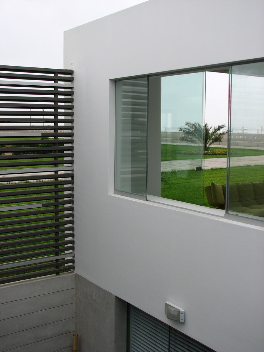 Casa en playa palabritas tecno haus - Decorar patio interior piso ...