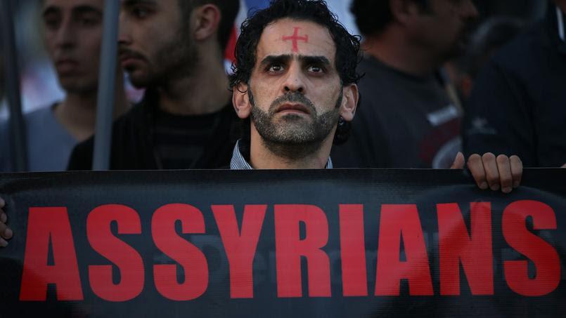 Un homme assyrien à Beirut dans une manifestation de soutien envers les Chrétiens de Syrie et d'Irak enlevés ou massacrés par l'État islamique.