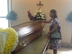 Fã leva galo a velório do ator Claudio Cavalcanti no Rio (Foto: Janaína Carvalho/G1)