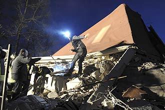 Bombeiros buscam sobreviventes em escombros de casa