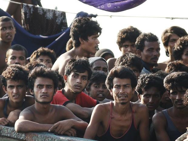 Imigrantes são vistos a bordo de um navio interceptado por embarcações malasianas. Países asiáticos tentam envitar que barcos cheguem à costa com migrantes em busca de asilo (Foto: Arquivo/Reuters/Olivia Harris)