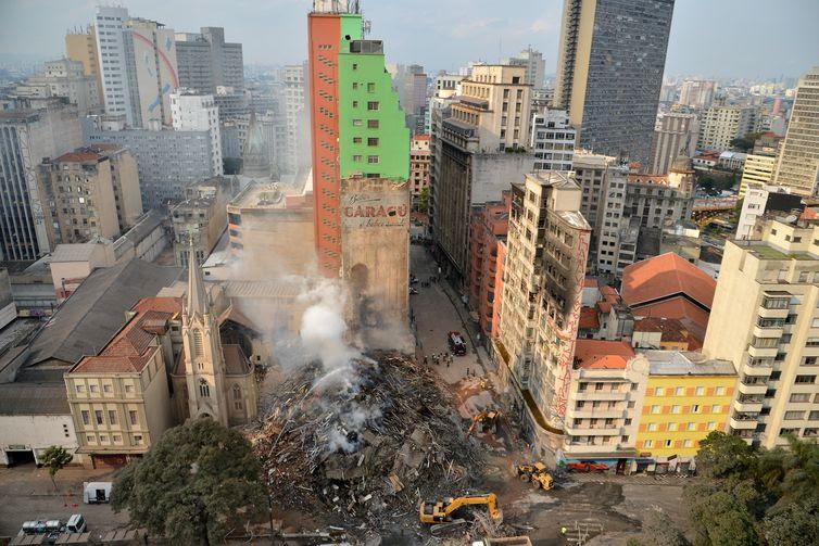 Bombeiros trabalham na busca pelos desaparecidos e retirada dos destroços do prédio que desabou após incêndio da madrugada de ontem (1), em São Paulo, no Largo do Paissandu.