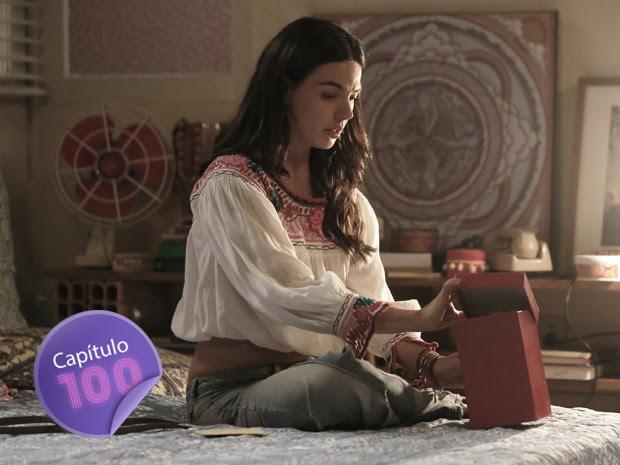 Sandra abra presente que Carlota mandou para ela  (Foto: Artur Meninea/Gshow)