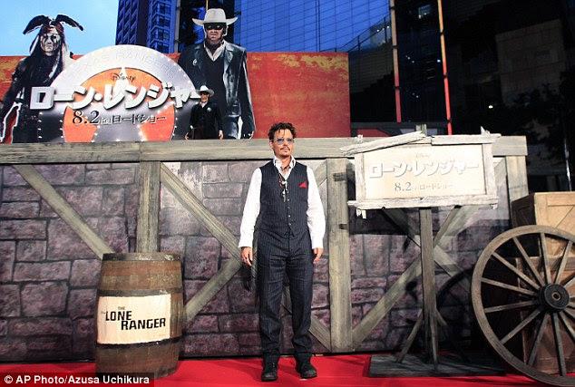 Obtendo personagem: Depp posou ao lado de um conjunto que parecia estar fora do filme, que é definido no Wild West