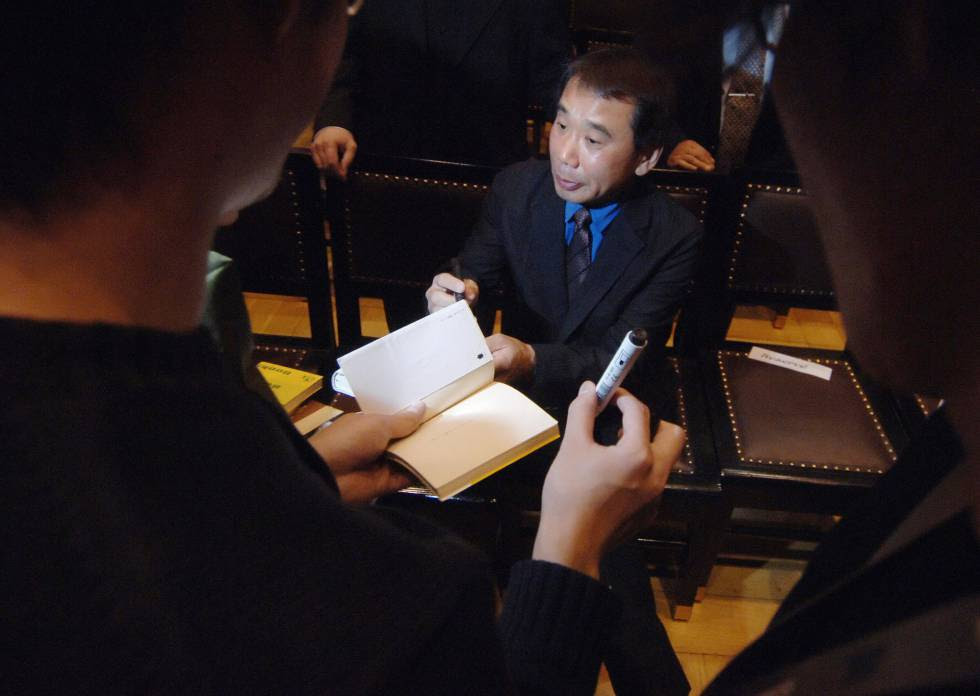 Haruki Murakami firma autógrafos tras recibir el premio Franz Kafka en Praga.