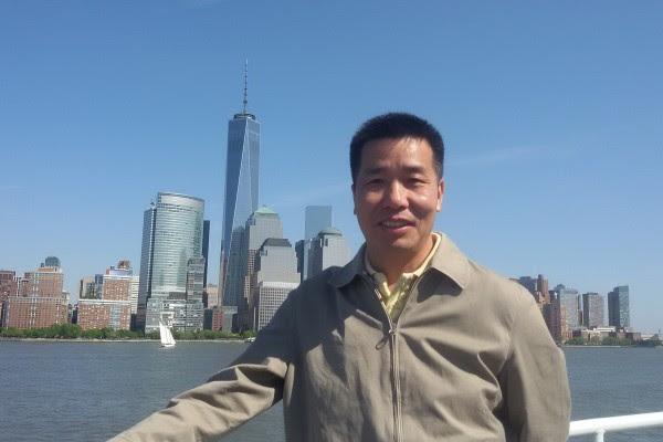 8月22日,上海法轮功学员徐永清、杨潇看到漕宝路地铁站有污蔑法轮功的不实展板,到上海市政府信访局上访,结果被警方以莫虚有的罪名拘留。图为徐永清(大纪元)