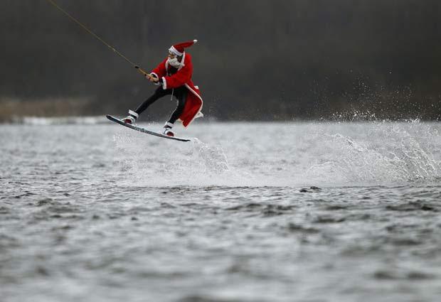 Homem vestido como Papai Noel pratica wakeboard em Hamburgo, na Alemanha, no dia 5 de dezembro.