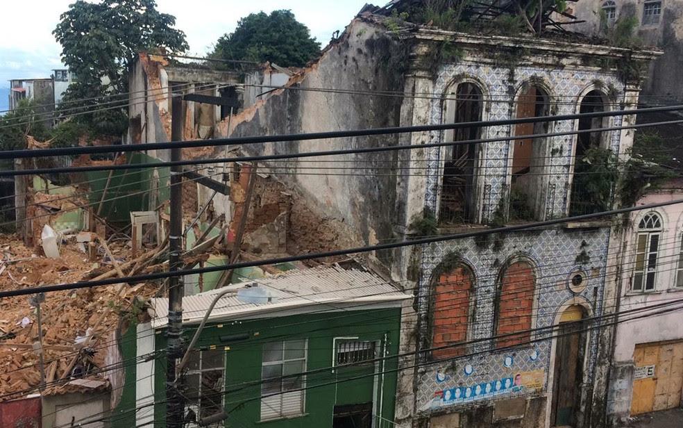 Casarão desabou sobre casa vizinha, onde estava família, na noite de segunda-feira (24). (Foto: Andréia Silva/ TV Bahia)