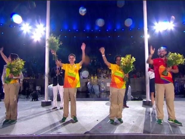 Voluntário Nathan Sahium foi um dos homenageados na Cerimônia de Encerramento da Olimpíada (Foto: Reprodução/ TV Globo)
