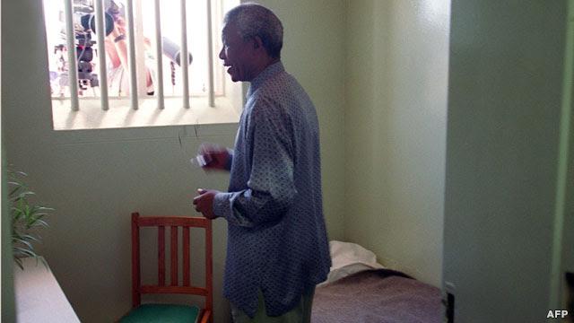 بازدید ماندلا از زندان جزیره روبن