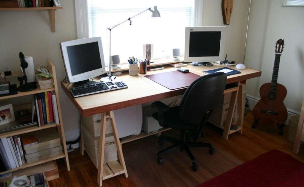 Mesa de ordenador con palets y una puerta briquea for Ordenadores mesa baratos