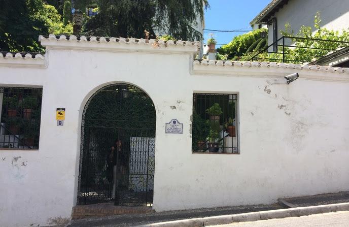 El Carmen de la Victoria está situado en la colina del Albaicín, en el límite de la ciudad que era en en la época árabe lugar de huertos, cármenes y jardines.