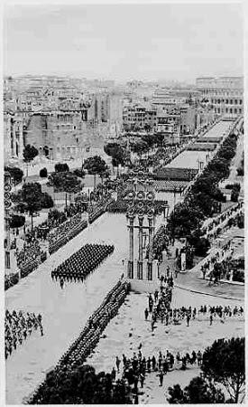 Parada fascista nos anos 30 na Via dei Fori Imperiali.