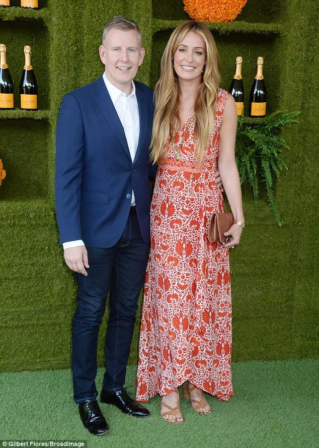 Data da noite: Cat Deely chegou em um vestido laranja e branco;  ela colocou com o marido Patrick Kielty