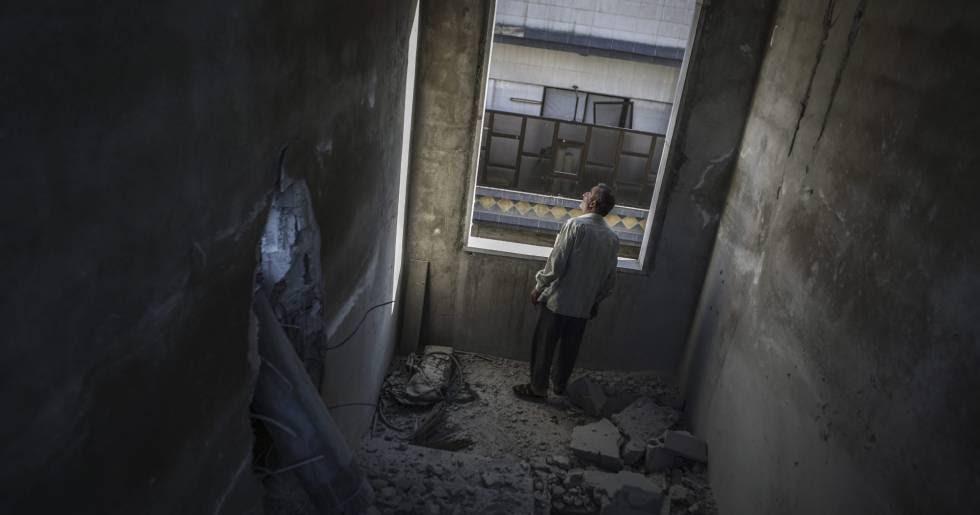 Un hombre observa los daños causados por una bomba en Duma, en las afueras de Damasco, Siria.