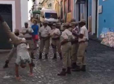 Turista filma policiais militares jogando capoeira no Pelourinho; assista