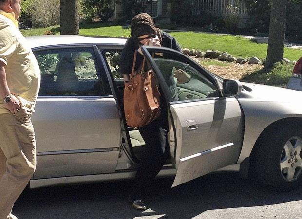 Imagem deste domingo (21) mostra Katherine Russell Tsarnaev deixando carro na casa da família, em Rhode Island (Foto: Katie Zezima/AP)