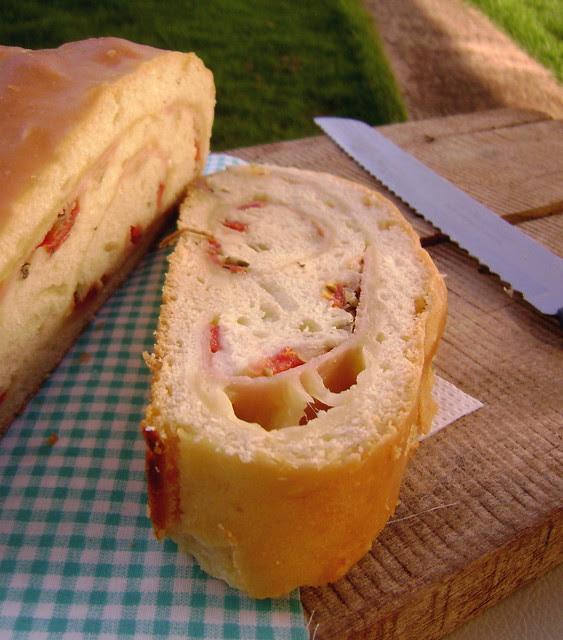 Pão recheado com presunto, queijo e tomate
