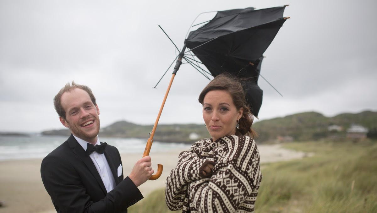 Stian og Louise - Stian Mjølhus og Louise Marie Holst giftet seg på Seychellene i fjor sommer. Festen hadde de i nærheten av Hellestø-stranden hvor brudebildet ble tatt i september 2013. - Foto: Anders Skjærseth /