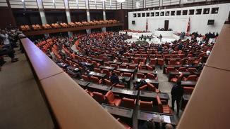 El Parlament turc, en la sessió extraordinària en què s'ha aprovat l'estat d'emergència (EFE)