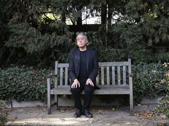 Lo scrittore britannico Kazuo Ishiguro (Nagasaki, 8 novembre 1954) davanti alla sua casa londinese dopo l'annuncio dell'assegnazione del Nobel (Alastair Grant/Ap)