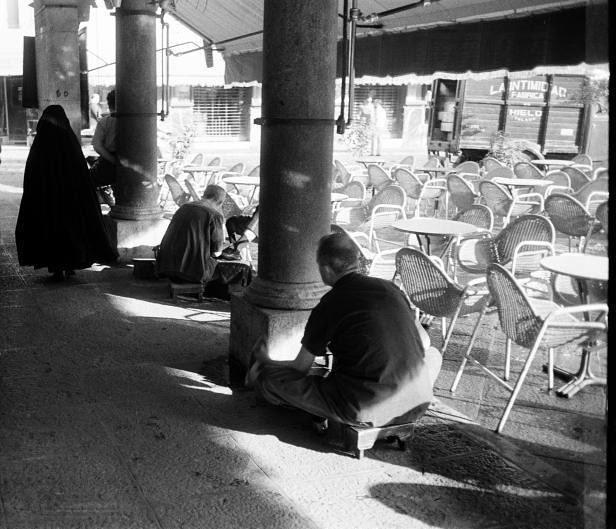 Limpiabotas junto a la terraza del Café Español de Toledo en septiembre de 1962. Fotografía de Harry Weber. Österreichische Nationalbibliothek