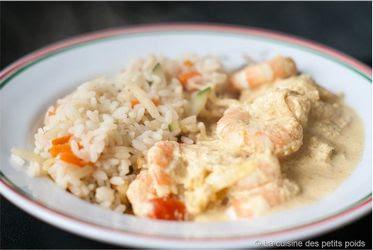 Assiette de crevettes au curry avec du riz.