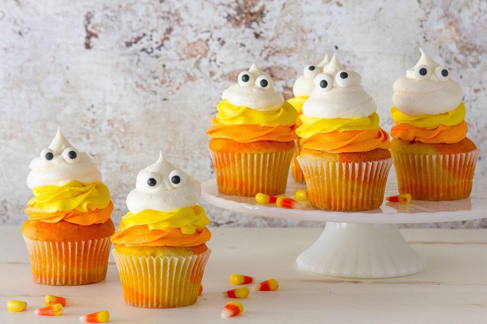 Мимические слои конфеты кукуруза вы любите столько этих милых кексы.  Получить рецепт от делишь.