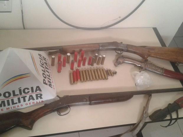 Espingardas e munições apreendidas pela PM em Montezuma (Foto: Polícia Militar/Divulgação)
